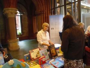 Bettin Braun präsentierte geeignete Bilderbücher an einem Büchertisch
